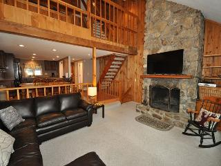 4BR in Cranmore Birches-Hot Tub Deck,10 Min to Storyland! Cable,Wifi & Bikes!, North Conway