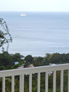 Vue sur mer avec passage fréquent de bateaux depuis la villa