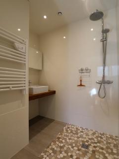 Sa douche à l'Italienne attenante à la chambre.