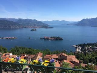 Una finestra a Stresa affacciata sul Lago Maggiore