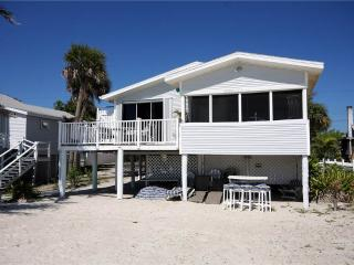 Beach House, 3 Bedroom, Gulf Front Cottage, Sleeps 6, WIFI, Fort Myers Beach