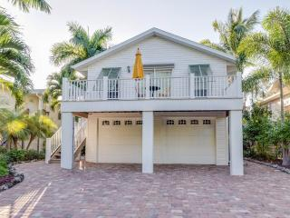 La Casa on Mango , New heated Pool, minutes walk to Beach, Bay, Times Squar, Fort Myers Beach