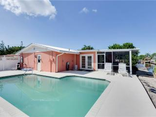 Sunset Soiree, Walk to Gulf, Pool, Sleeps 6, WIFI, Fort Myers Beach