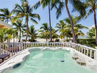 Tropical Paradise, 3 Bedrooms, Gulf Beach Front, Heated Spa, Sleeps 8, Fort Myers Beach