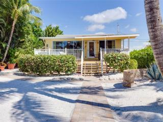 Tropical Manor, 4 Bedrooms, Gulf Front, Sleeps 12, Fort Myers Beach