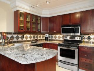 Five Star Quality Fully Equipped Kitchen, Jucuzzi Tub & Parking Included