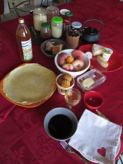 Petit-déjeuner à base de pâtisseries maison, confitures, et produits locaux.
