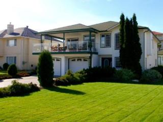 Snowbirds Welcome! One Bedroom Plus Den Suite, Kelowna