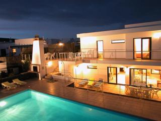 Spacious 4 bedroom villa with private pool, Playa Blanca