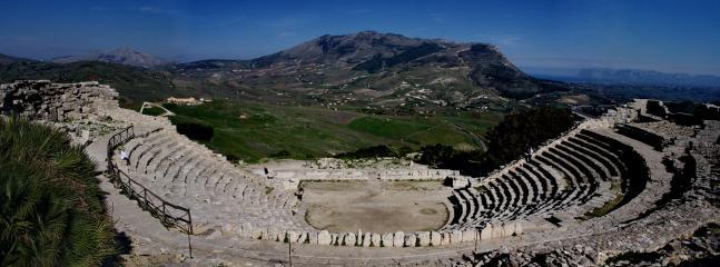 Immagine del Teatro di Segesta, a soli 30 minuti in auto