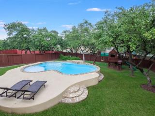 5 Bedrooms With a Pool and Large Kitchen, San Antonio