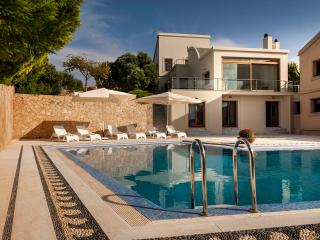 Luxury Villa Angels with Private Pool+Chirldrens Area, 2 km to Beach!