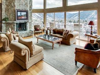 Stunning home w/ hot tub & panoramic mountain views!, Aspen