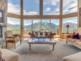 Luxury mountain estate w/ private hot tub & panoramic mountain views!