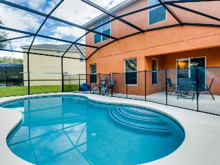 Lovely family-friendly home w/private pool, just 4 miles from Disney, Kissimmee