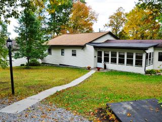 3BR Country Home in Glendale Valley - Sunroom, Beautiful Open Outdoor Space, Close to Rock Run + Prince Gallitzin!, Flinton