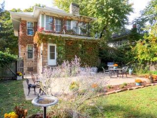 4BR Historic Stone Home - Perfect Home Base for your next trip to Kansas City! - Sleeps 11 Family & Friends