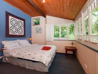 Private rainforest cottage 40mins from the city, Mount Glorious