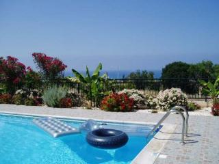 Ellada 2, Lovely Villa with Beautiful Sea Views! Walking distance to local beach