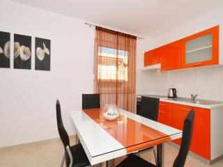 Cozy apartment ALPHA 6, in Okrug Gornji