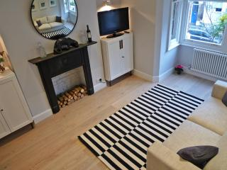 Sparkling new apartment in Kensington Olympia  (sleeps 4, walk to Westfield)