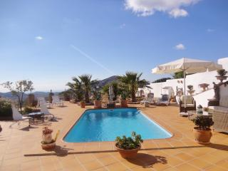 BEAUTIFUL 3 BED VILLA, POOL & OUTDOOR BAR/KITCHEN, Cómpeta