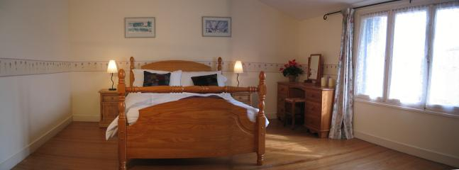 Well Cottage - master king size bedroom