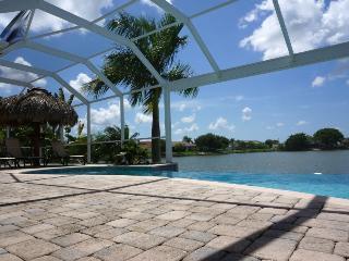 Villa Del Carmen - Freshwater Lake, Pool, Tiki Hut, Cape Coral