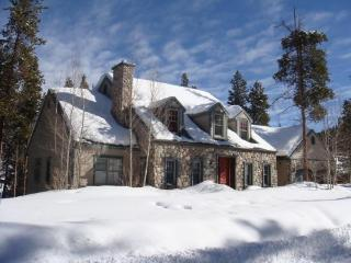 Luxury 5BR riverside home, media room, pool table close to slopes