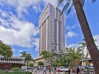 Charming Condo with Full Kitchen, Free Parking, and Great Amenities, Honolulu