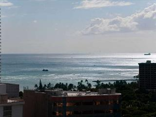 Ocean View End unit Royal Kuhio Condo with Full Kitchen and Free Parking, Honolulu