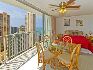 Ocean View Studio By The Beach With Rooftop Pool And Tons of Amenities, Honolulu