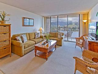 Gorgeous 2BR Royal Kuhio High Floor Condo with Full Kitchen & Free Parking, Honolulu