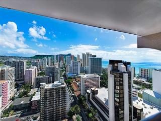 Sweeping Views From This Beautiful Royal Kuhio Condo By Beaches, Free Parking, Honolulu
