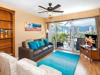 Beautiful 2BR, 1BA Waikiki Condo with Sweeping Mountain Views, Free Parking, Honolulu