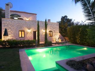 Steinvilla mit Meerblick und Swimming Pool