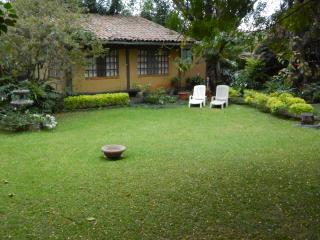 ***  BEAUTIFUL BUNGALOW WITH NICE GREEN GARDEN ***, Tepoztlán