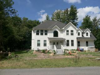 Spacious & Cozy! Newly Built 3BR 2.5BA + Sleeping Loft Pocono Farms House - Sleeps 8!  Centrally Located to Shopping + 3 Indoor Water Parks - Golf Course Setting on the 18th Hole and 5 Min Walk to Fine Dining & Pub with Panoramic Lake View, Tobyhanna
