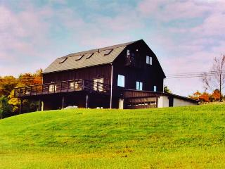 One-of-a-Kind 4BR Pocono Mountain House - Converted Barn on 6 Scenic Acres w/Wifi, Huge Deck & Modern Amenities - Minutes from Skiing, Fishing & Restaurants!, Kunkletown