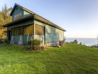 Picturesque 2BR Gold Beach House on 6 Beautiful Acres w/Steam Shower, Fireplace & Panoramic Ocean Views - A Short 5 Minute Walk to the Beach!, Ophir