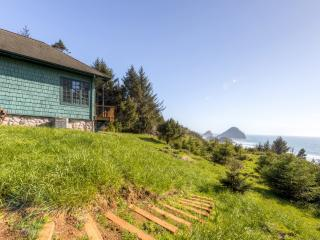 Picturesque 2BR Gold Beach House on 6 Beautiful Acres w/Steam Shower, Fireplace & Panoramic Ocean Views - A 10-min Walk to the Beach!