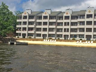 Lakefront 1BR Condo in the Wisconsin Dells w/ Breathtaking Views, Private Beach, Pools & More - Perfect for Families!, Lake Delton