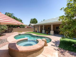 Spectacular 3BR Home in Palm Springs Area, Newly Renovated w/Beautiful Furnishings, Private Pool & Jacuzzi Spa - The Ideal Desert Retreat!, Cathedral City