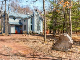Serene 3BR Lake Harmony House w/Wood Burning Fireplace & Beautiful Wooded Views - Walk to the Lake! Close to Ski Resorts, Shopping & More