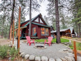 'Whispering River' Tranquil 2BR Leavenworth Cabin w/Wifi, Outdoor Firepit & Private Hot Tub - Wonderful Riverfront Location!