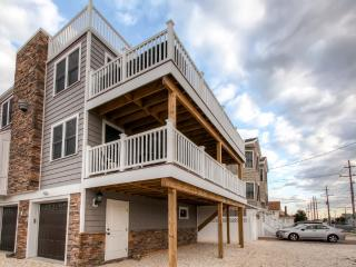 Recently Renovated LBI Apt w/Deck on Beach Block