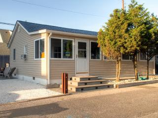 Cozy 3BR Silver Beach Cottage w/Wifi, Outdoor Shower, Gas Grill & Enclosed Front Porch - Great Ocean Block Location! Walk to the Beach, Restaurants & Shops, Lavallette