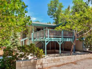 Rustically Charming 3BR Big Bear Lake Cabin w/Wifi, Private Hot Tub, 3 Decks & Incredible Bear Mountain Ski Slope Views - Minutes to All Major Attractions & Outdoor Activities!, Big Bear Region