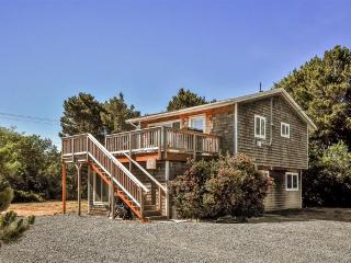 Enchanting 3BR Rockaway Beach Cottage w/Wifi, Nice Open Floor Plan, Large Deck & Stunning Views - Walk to Nedonna Beach, Manhattan Beach, Jetty Fishery & More!