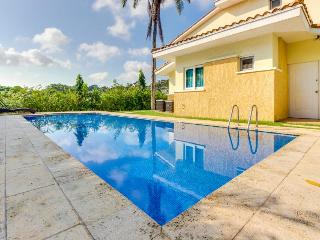 Pet-friendly, modern villa with private pool & free golf!, Panama City